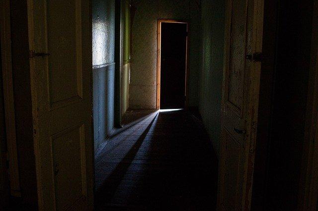otevřené dveře, temná chodba