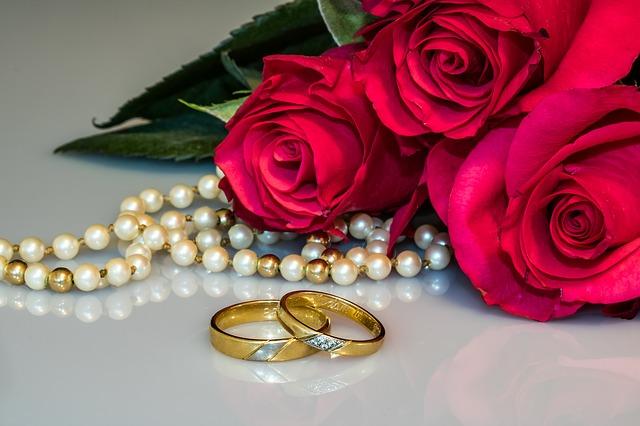 růže, perly, snubní prsteny