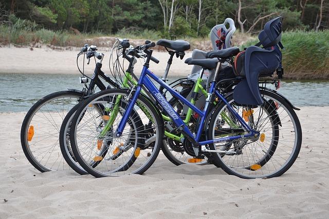 kola, nosiče na děti, voda, písek