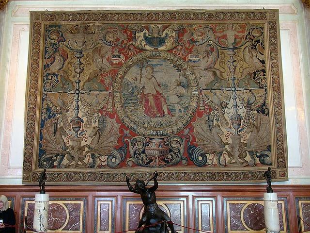 socha, koberec na stěně