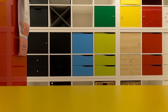 barevné poličky v Ikea