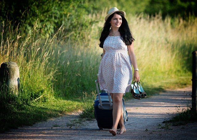 holka s kufrem