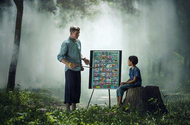učitel se žákem v lese