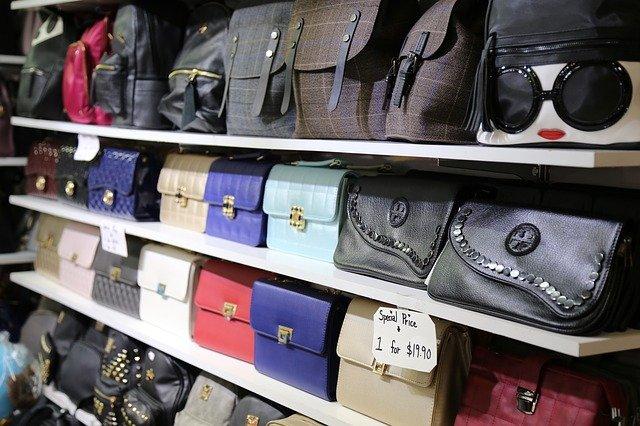kabelky v obchodě
