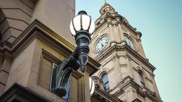 lampa na budově.jpg