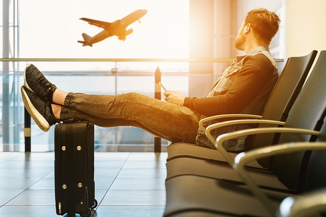 muž čekající na letišti.jpg