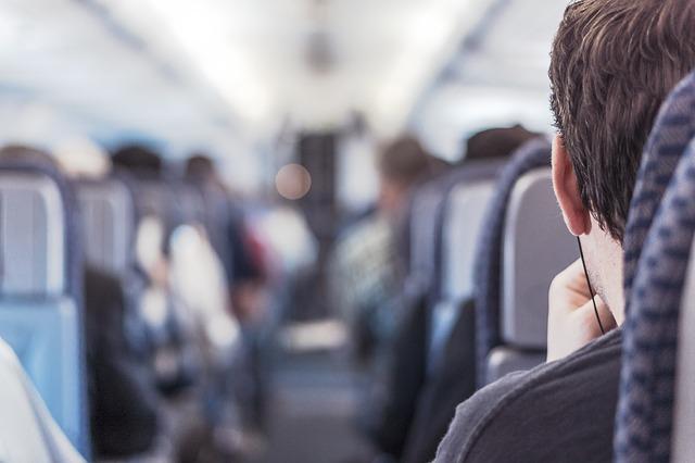 muž v letadle sedící.jpg