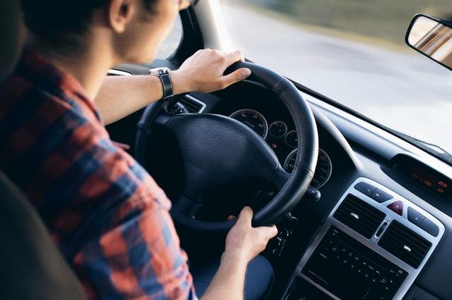 muž v kabině při řízení